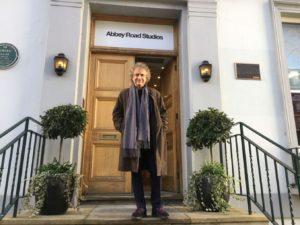 Roberto Cacciapaglia davanti agli studi di Abbey Road
